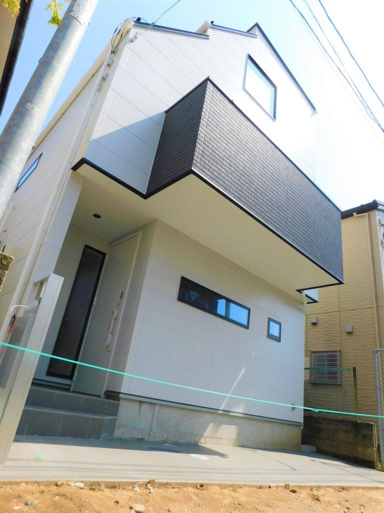 壁のアクセントがお洒落な空間を作り出す3階建新築戸建♪